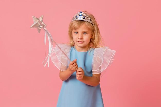 Entzückendes kleines mädchen in kostüm und zauberstab