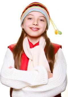 Entzückendes kleines mädchen mit kleidern für den winter