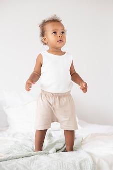 Entzückendes kleines schwarzes baby zu hause