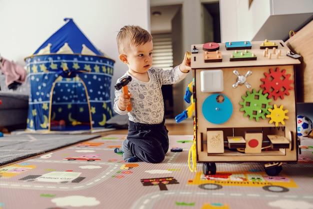 Entzückendes kleinkind, das interaktive spiele für eine gute entwicklung zu hause spielt. Premium Fotos