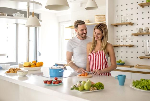 Entzückendes kochen etwas in der küche miteinander