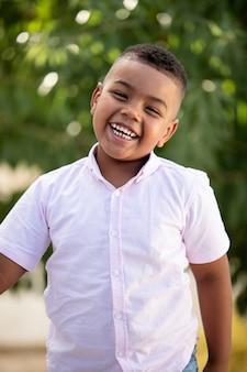 Entzückendes lateinisches kind im garten