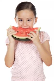 Entzückendes mädchen, das wassermelone a über weißem hintergrund isst