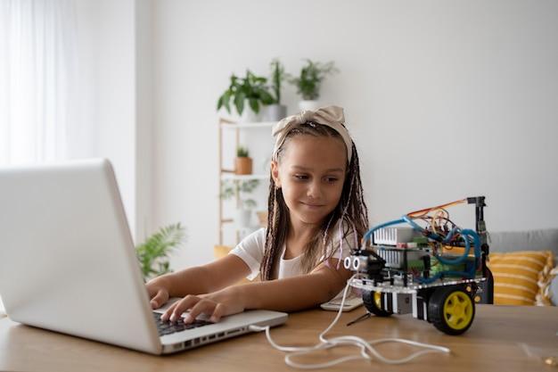 Entzückendes mädchen mit einer leidenschaft für robotik