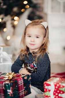 Entzückendes mädchen mit weihnachtsgeschenk