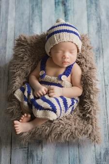 Entzückendes neugeborenes baby, das im gemütlichen raum schläft.