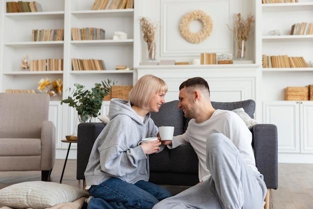 Entzückendes paar, das qualitätszeit zusammen zu hause verbringt