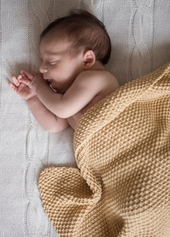 Entzückendes schlafen des kleinen jungen der draufsicht