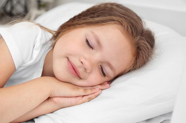 Entzückendes schlafendes kleines mädchen, nahaufnahme
