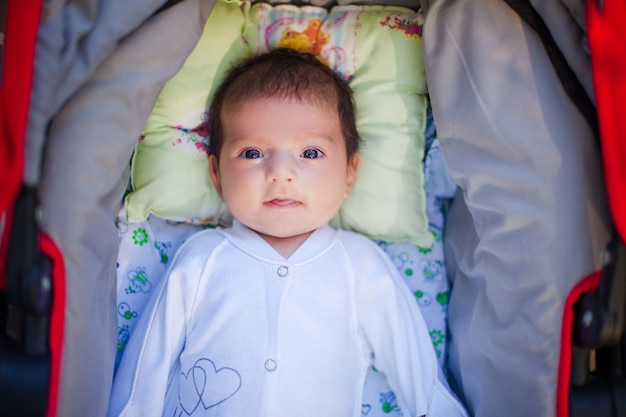 Entzückendes schönes neugeborenes baby