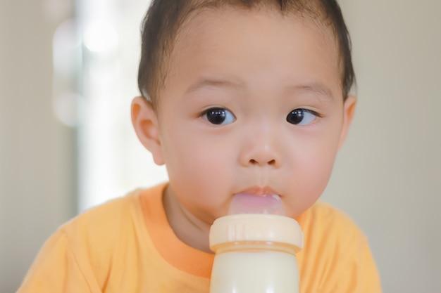 Entzückendes schwarzhaariges asiatisches kind