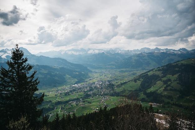 Entzückendes schweizer dorf von der oben genannten ansicht