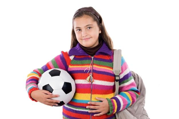 Entzückendes studentenmädchen mit fußball auf einem über weißen hintergrund
