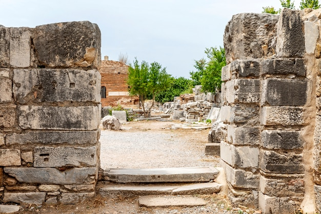 Ephesus, die türkei, 05/20/2019: antike artefakte in den ruinen einer mittelalterlichen stadt.
