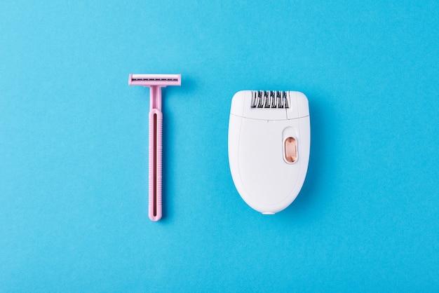 Epilierer und rasiermesser für das rasieren auf blau