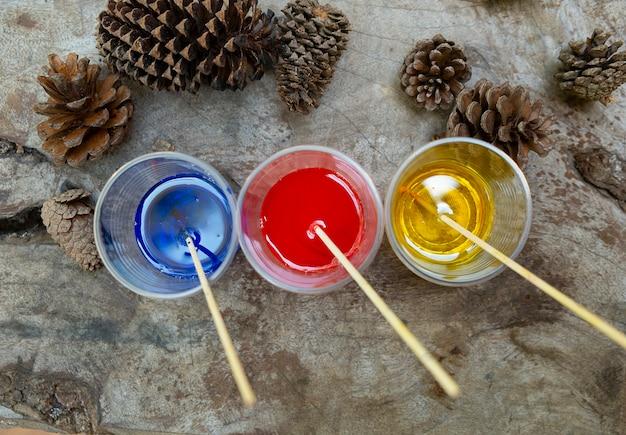 Epoxidharz rot-gelb-blau-farbe im becher zum gießen stabilisierendes holz