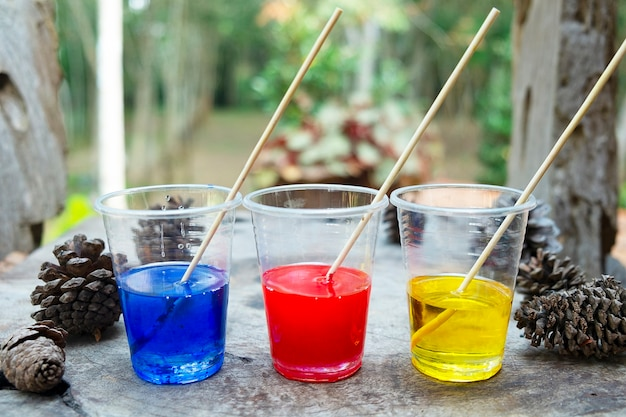 Epoxidharz rotgelbe blaue farbe im becher zum gießen stabilisierendes holzhybrid