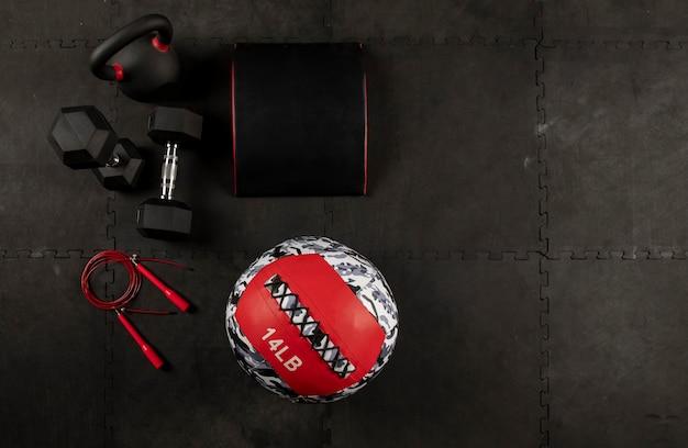Equipo para hacer ejercicio de crossfit o fitness mancuernas cuerda y pelota medical