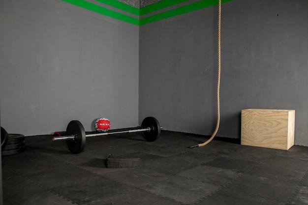 Equipo para hacer ejercicio de pesas con una barro y discos en un gimnasio