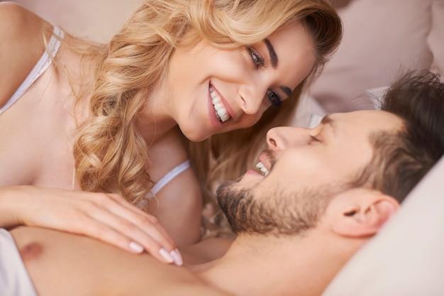 Er liebt es, neben seiner liebe aufzuwachen