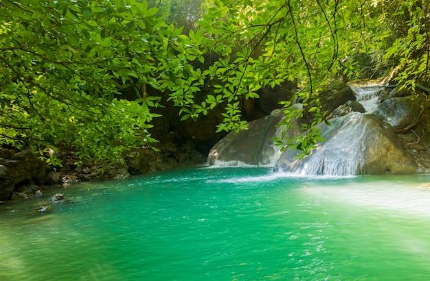 Erawan-wasserfall in nationalpark kanchanaburi thailand erawan-wasserfällen in den schönen tropischen wäldern