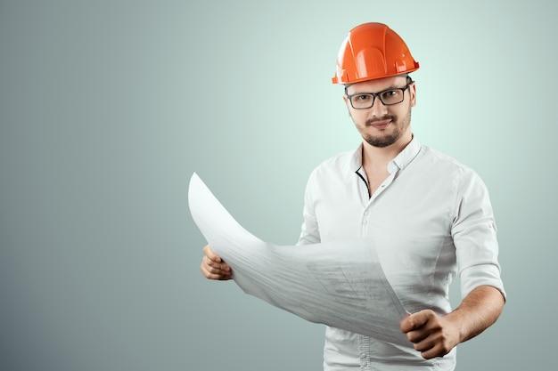 Erbauer, architekt hält in seiner hand architekturzeichnungen. konzept architektur, bau, engineering, design, reparatur. kopieren sie platz