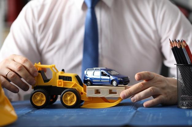 Erbauer, der auto transportiert