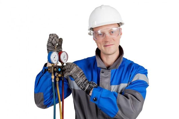 Erbauer, installateur der belüftung mit werkzeugen in den händen
