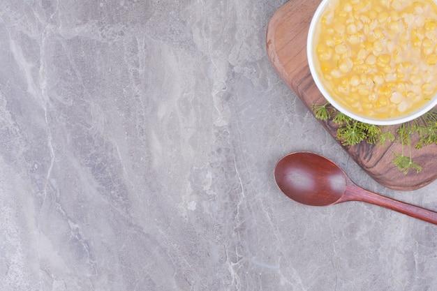 Erbsenbohnensuppe in einer weißen keramikplatte.
