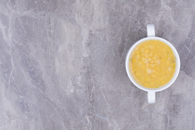 Erbsenbohnensuppe in einer weißen schüssel auf der grauen oberfläche
