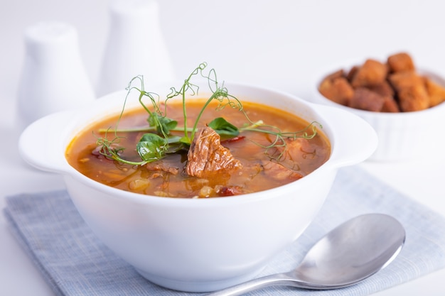 Erbsensuppe mit fleisch und geräucherten würstchen