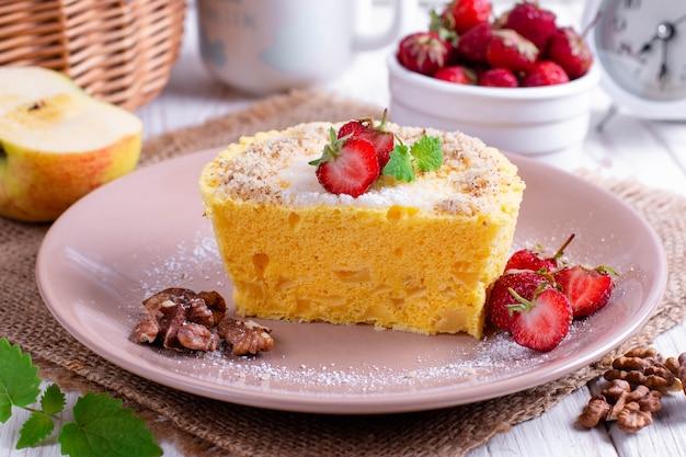 Erdbeer-biskuit mit frischer fruchtdekoration auf tisch