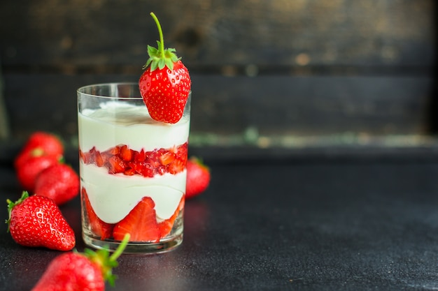 Erdbeer-dessertcreme mascarpone-käseschichten