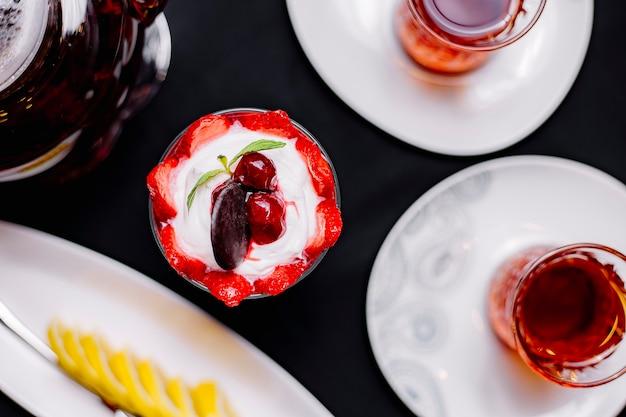 Erdbeer-dessertcreme-schokoladenplätzchen-kirsch-tee-draufsicht