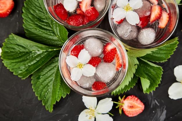 Erdbeer-detox-wasser mit jasminblüte.