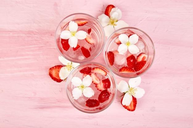 Erdbeer-detox-wasser mit jasminblüte