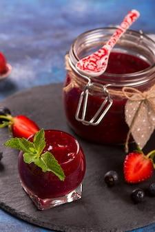 Erdbeer-, heidelbeer- und himbeermarmelade