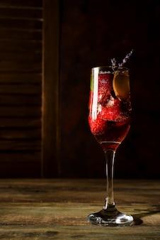 Erdbeer-jive-cocktail mit eis und lavendel auf hölzernem hintergrund