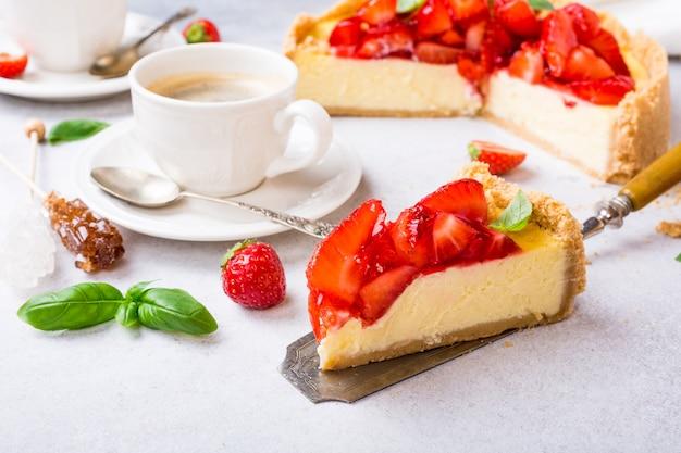 Erdbeer-käsekuchen und blumen