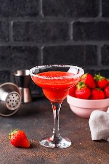 Erdbeer-margarita-cocktail im glas