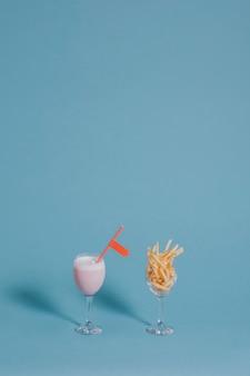 Erdbeer-milchshake und pommes frites