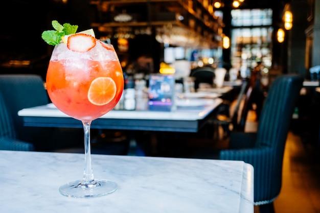 Erdbeer-passionsfrucht-cocktails trinkglas