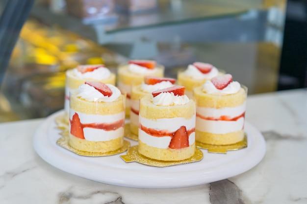 Erdbeer-sahne-kuchen in der kaffeestube.