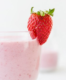 Erdbeer-smoothie-glas-vorderansicht