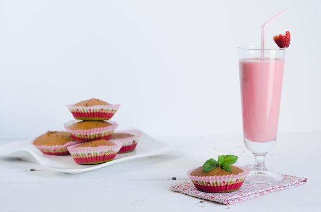 Erdbeer-smoothie mit muffins.