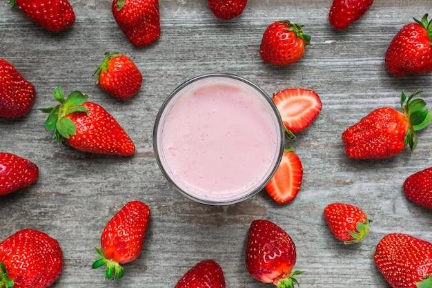 Erdbeer-smoothie oder milchshake in einem glas