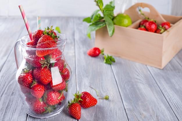 Erdbeer-smoothies in flaschen