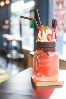 Erdbeer-smoothies mit schokolade