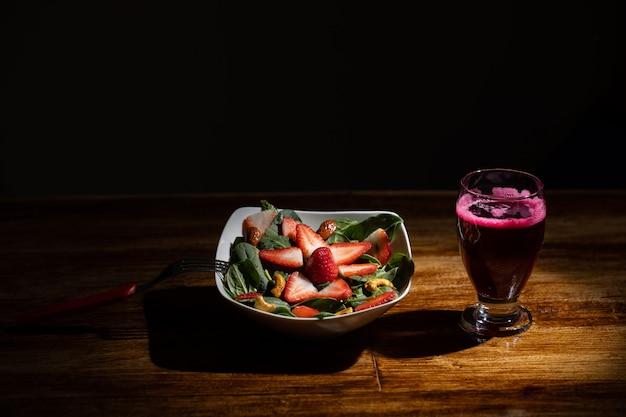 Erdbeer-spinat-salat mit rübensaft