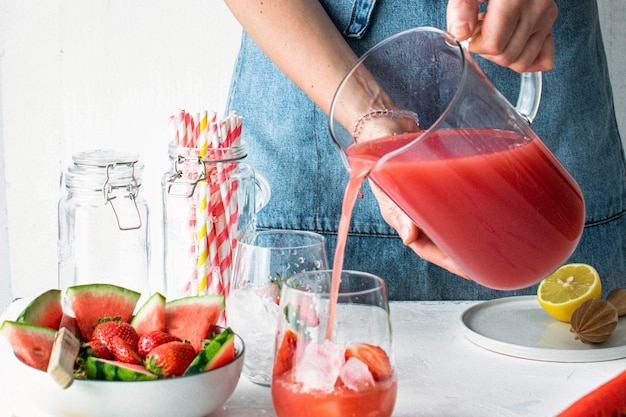 Erdbeer-wassermelonen-limonadensaft schritt für schritt